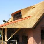 Rieten dak - timmerwerk - Woonhuis Putten zijkant veranda
